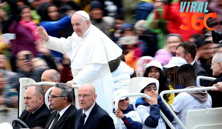 Niños refugiados acompañan al papa en el papamóvil