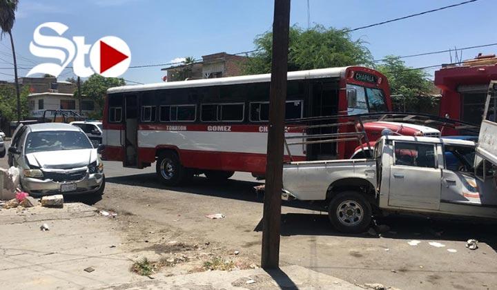 Autobús provoca daños en cuatro vehículos estacionados