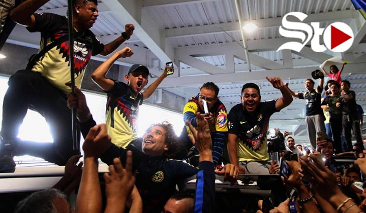 Multitud de aficionados recibe a Memo Ochoa