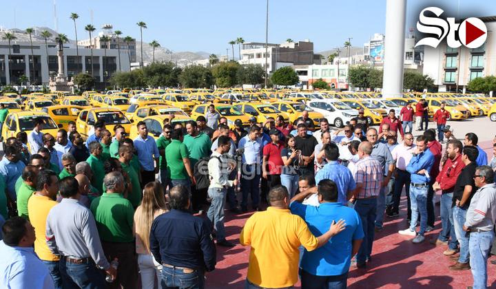 Taxistas protestan en la Plaza Mayor de Torreón