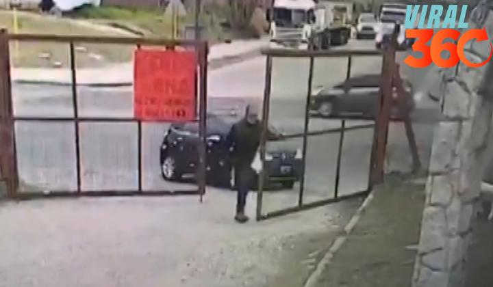Le roban el auto mientras abría su cochera