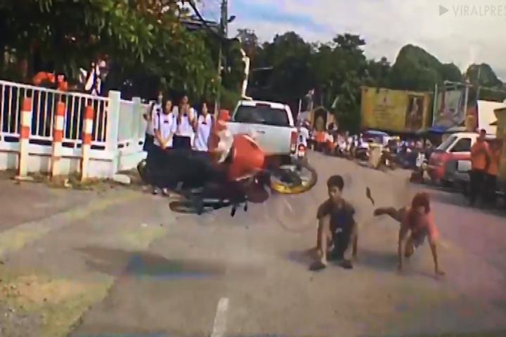 Intentan impresionar en su motocicleta y terminan humillados