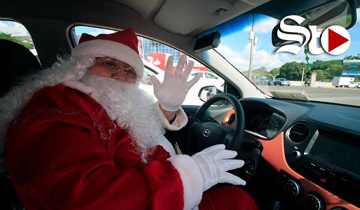 Un Santa Claus taxista desfila por las calles de Villahermosa