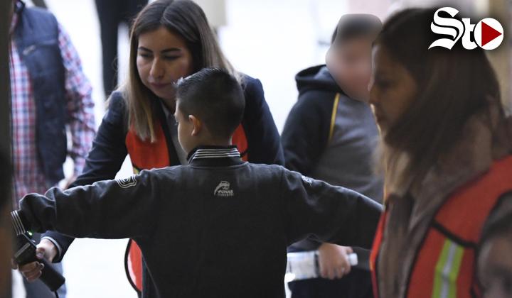 Con detectores de metal, regresan a clases alumnos