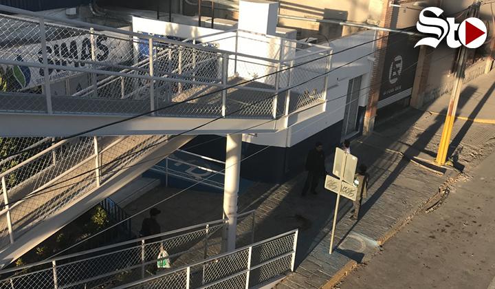 Menor de edad cae de puente peatonal en Torreón