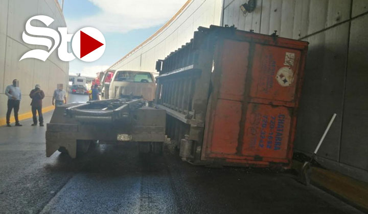 Se desprende caja de camión de volteo en paso a desnivel