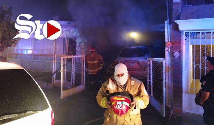 Fuego consume tres vehículos y una motocicleta en domicilio