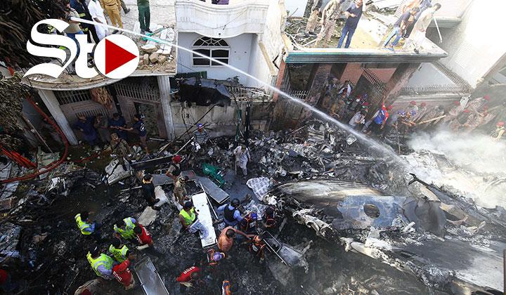 Se estrella avión en zona residencial de Pakistán