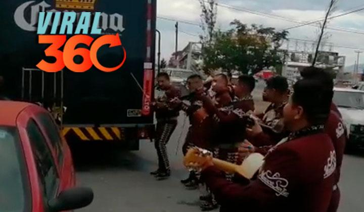 Con mariachi, reciben a camión de cerveza en Saltillo