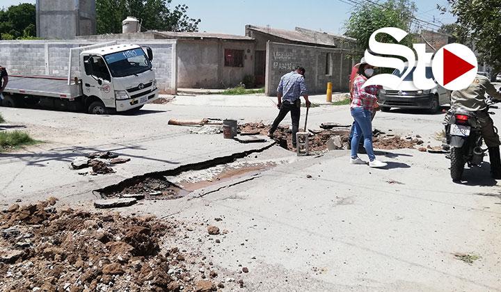 Se hunden camiones tras colapso de colector en Lerdo