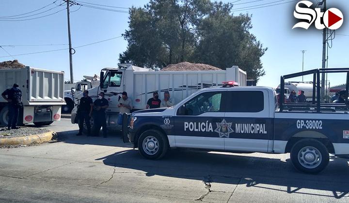 Transportistas bloquean el periférico de Gómez Palacio
