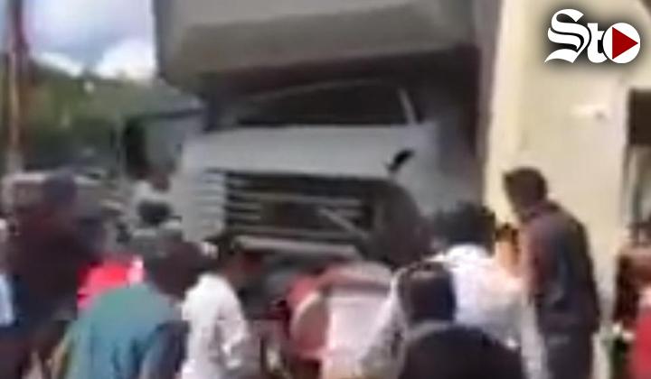 Camión del IMSS pierde el control y arrolla peatones en Chiapas