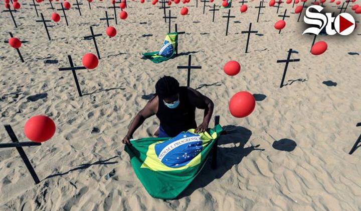 Playa de Copacabana amanece con cruces en homenaje