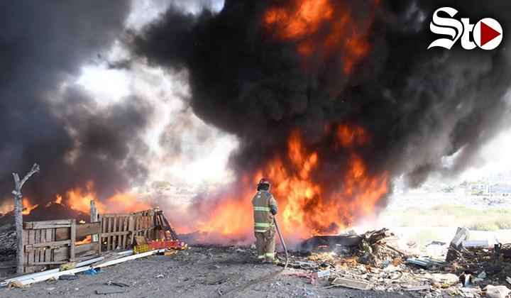 Atienden incendio de basura en el lecho seco del río Nazas