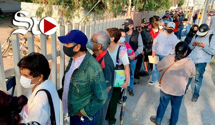 En nuevas sedes y con largas filas, inicia vacunación en Torreón
