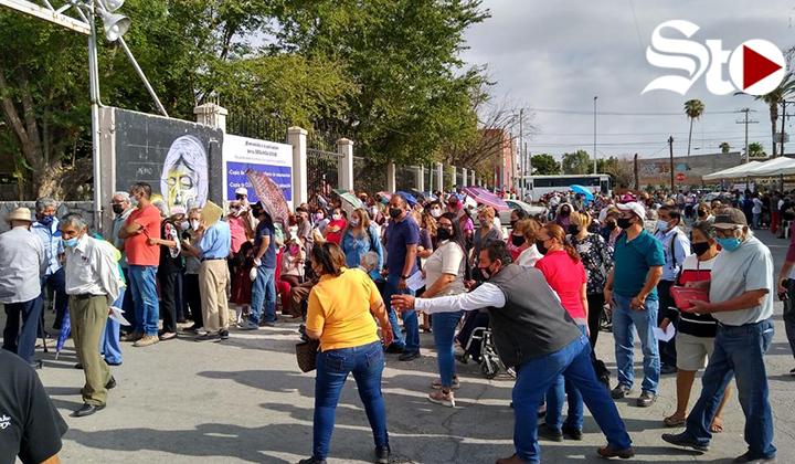 Con desorden, inicia en Torreón aplicación de segunda dosis