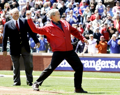 Lanza Bush primera bola en juego inaugural de Rangers 2de1ca897d8