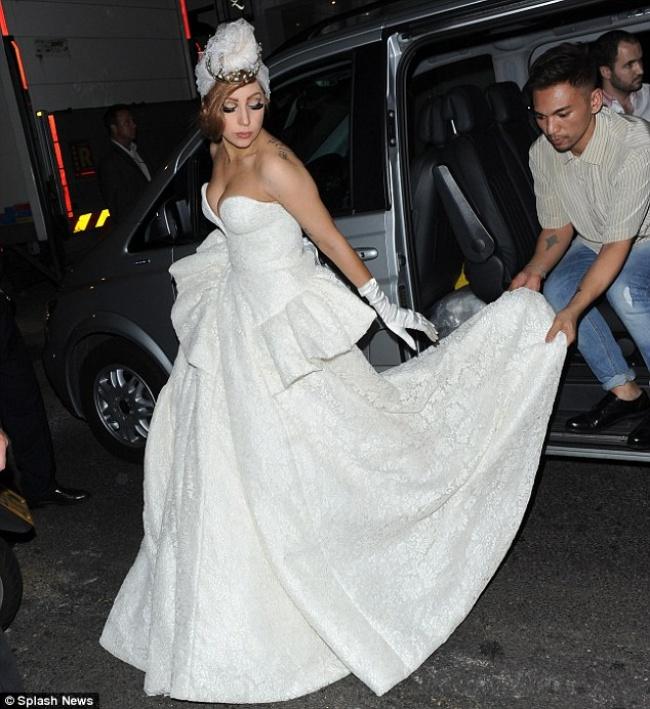 lady gaga sale de fiesta vestida de novia, siglo torreón