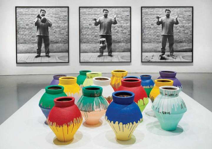 Dropping a Han Dynasty Urn, 1995-2009, y Colored Vases, 2007-201