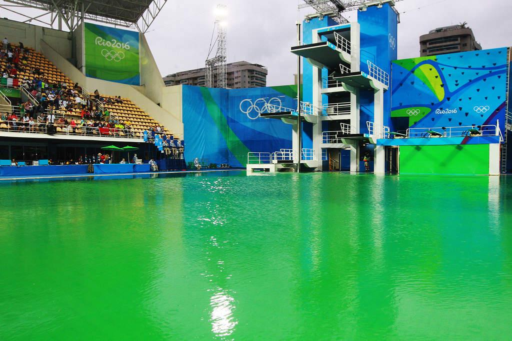Agua 39 verde 39 de piscina de clavados no ser sustituida for Aclarar agua piscina verde