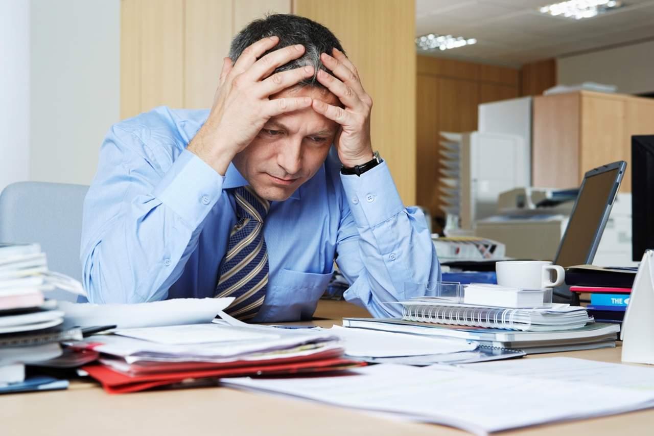 oficinista estresado