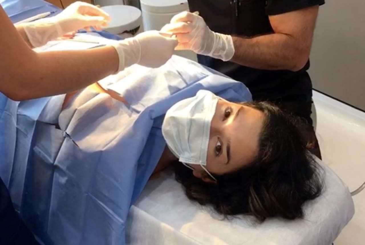 Laura G se quita las prótesis del busto