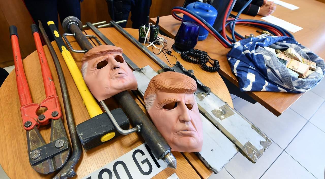 Las máscaras para la persona de la casa con el efecto que aprieta