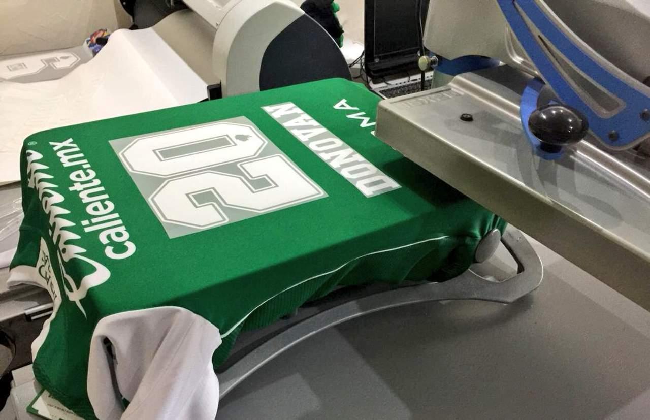 Imprimen las playeras con número de Donovan. Noticias en tiempo real