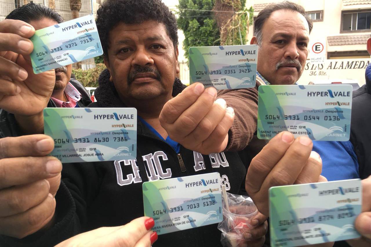 Protestan empleados de ISSSTE por tarjetas