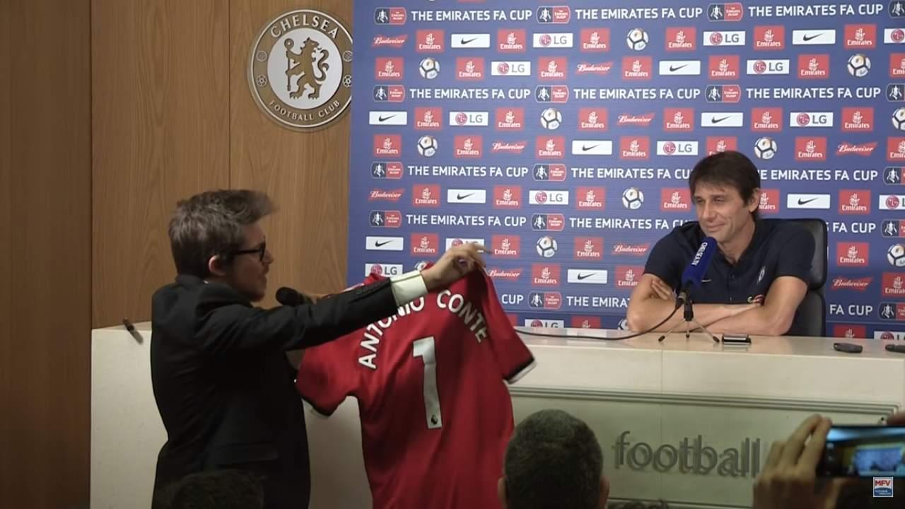 Regalan playera del United firmada por Mourinho a Conte. Noticias en tiempo real