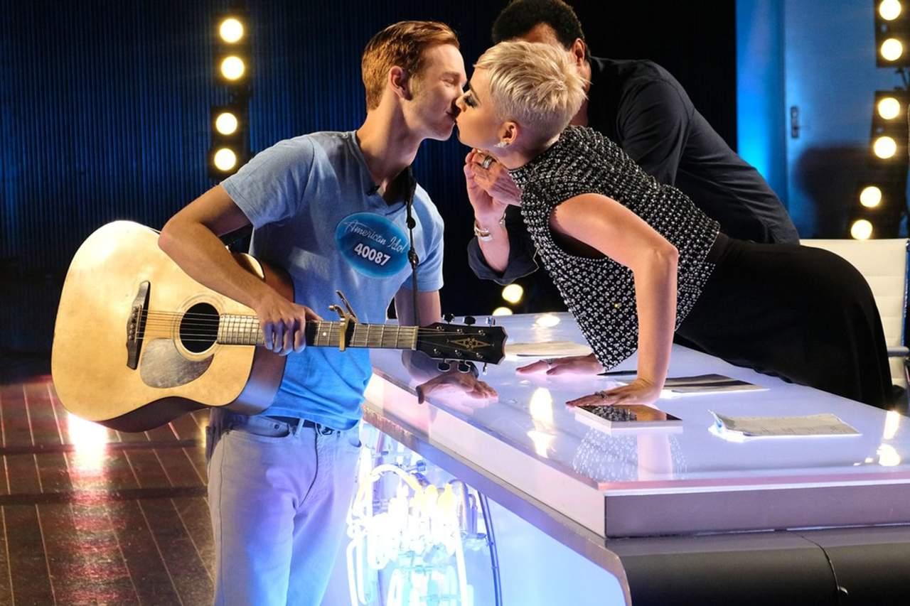 Katy Perry da a concursante de American Idol su primer beso. Noticias en tiempo real
