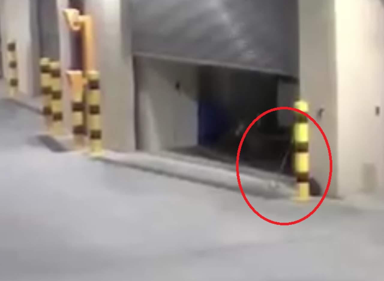 Puerta de garaje se abre sola y sale volando una escoba for Puerta que se abre sola