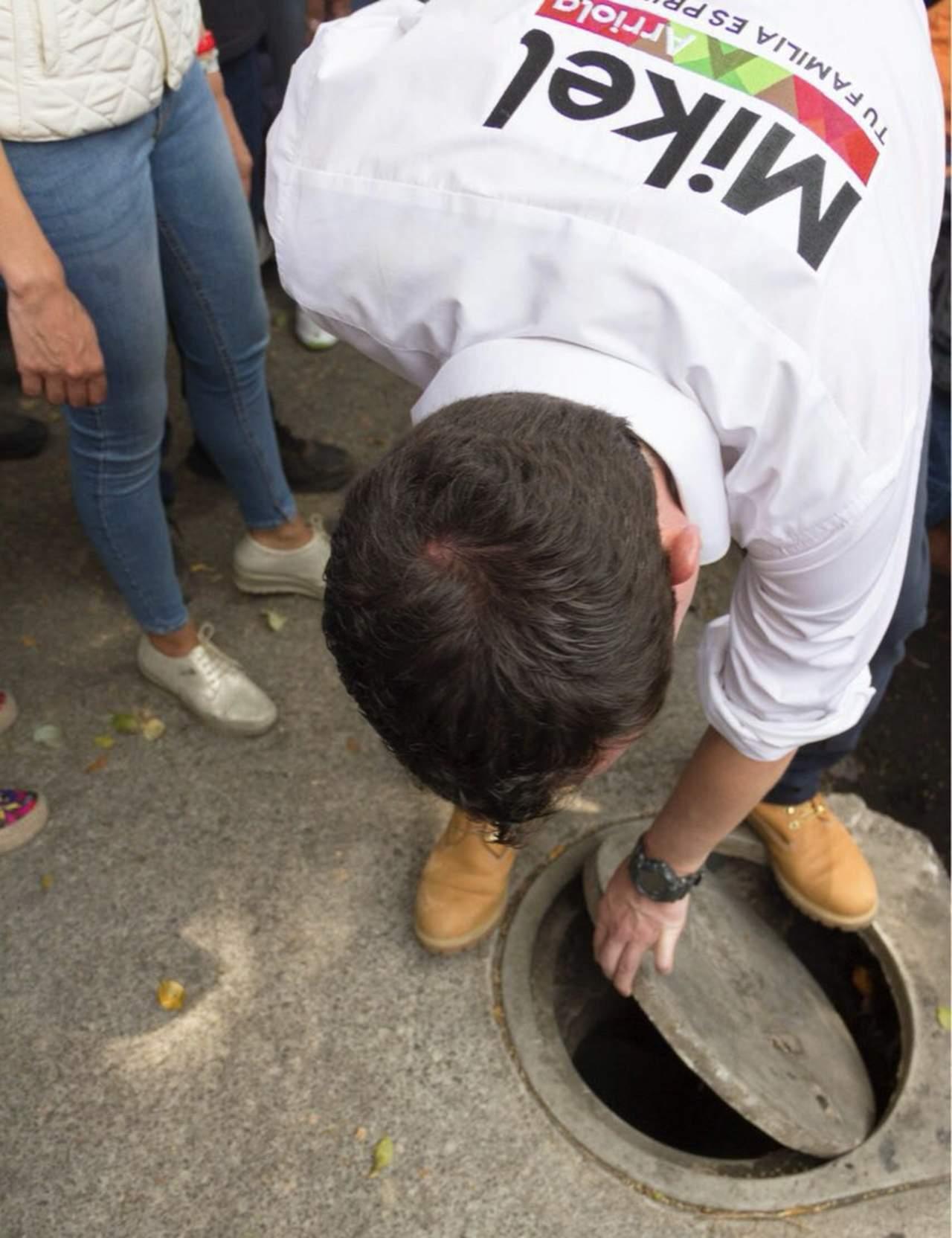 Mikel Arriola cae a coladera en mal estado de CDMX. Noticias en tiempo real