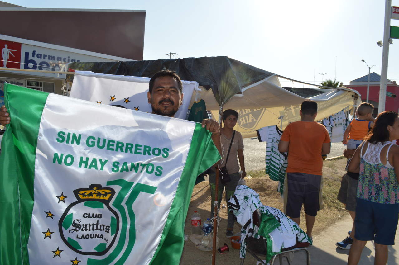Santos nos dio utilidades . La Laguna está pintada de verde y blanco. En muchos  cruceros de la ciudad pueden verse puestos de venta de artículos alusivos  ... 9180408fd1106