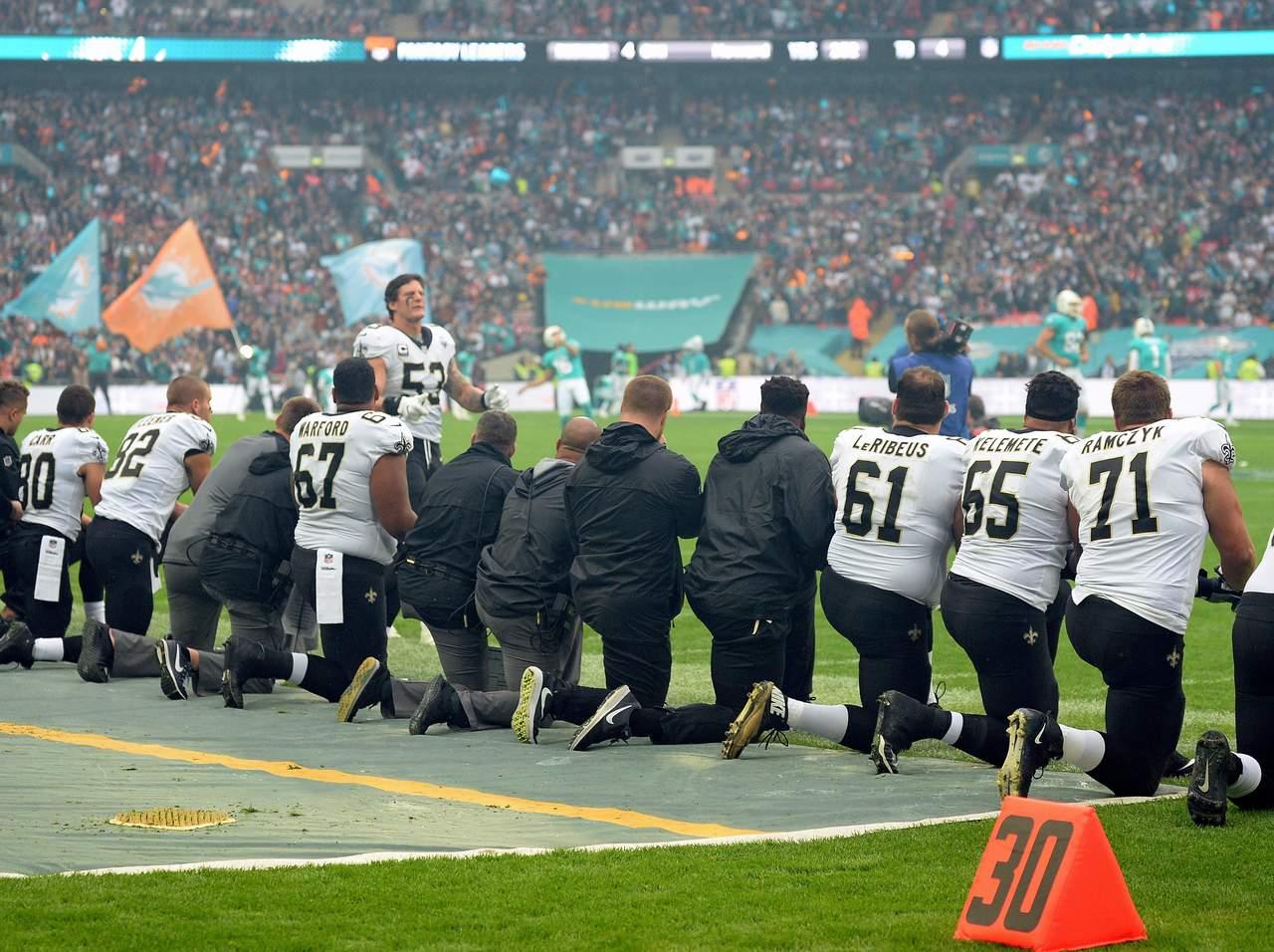 Prohíbe NFL a jugadores hincarse como protesta en el himno. Noticias en tiempo real