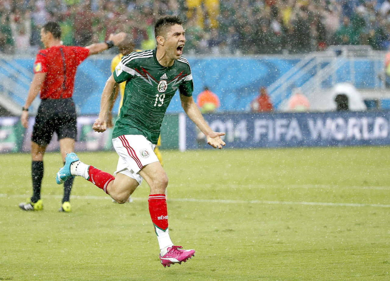 222e034ade886 Oribe Peralta celebra luego de anotar el gol de la victoria ante Camerún en  el Mundial