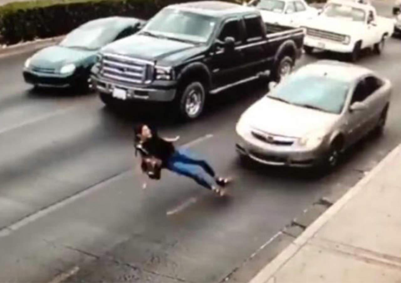 VIDEO: Mujer se salva milagrosamente tras ser arrollada. Noticias en tiempo real