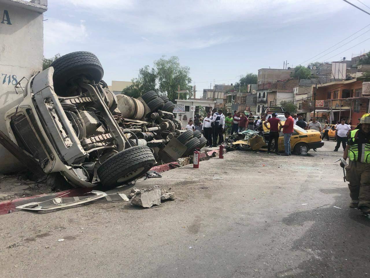 Camión de volteo se impacta contra dos vehículos en Saltillo. Noticias en tiempo real