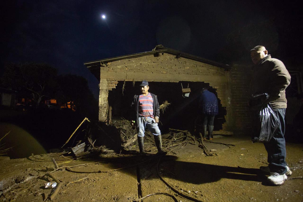 Desbordamiento deja 3 muertos y 11 desaparecidos en Michoacán. Noticias en tiempo real