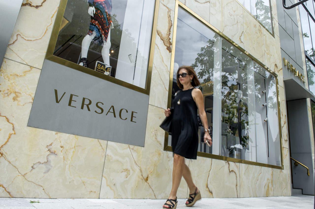 ... Michael Kors anunció el martes que está comprando la casa de modas  italiana Gianni Versace en una transacción que supera los 2,000 millones de  dólares, ... 6fe6962e03