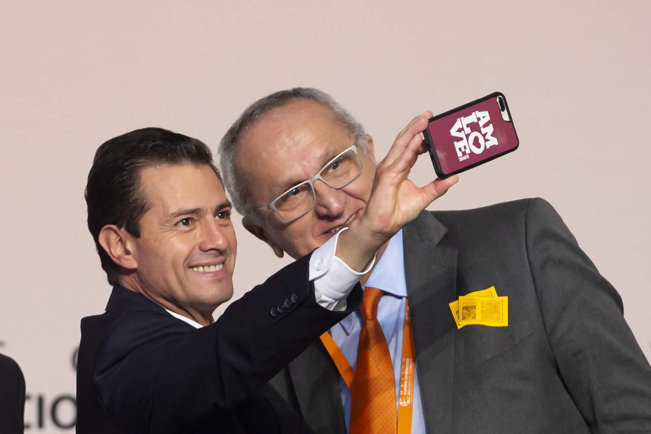 Peña Nieto se toma selfie con AMLOVE. Noticias en tiempo real