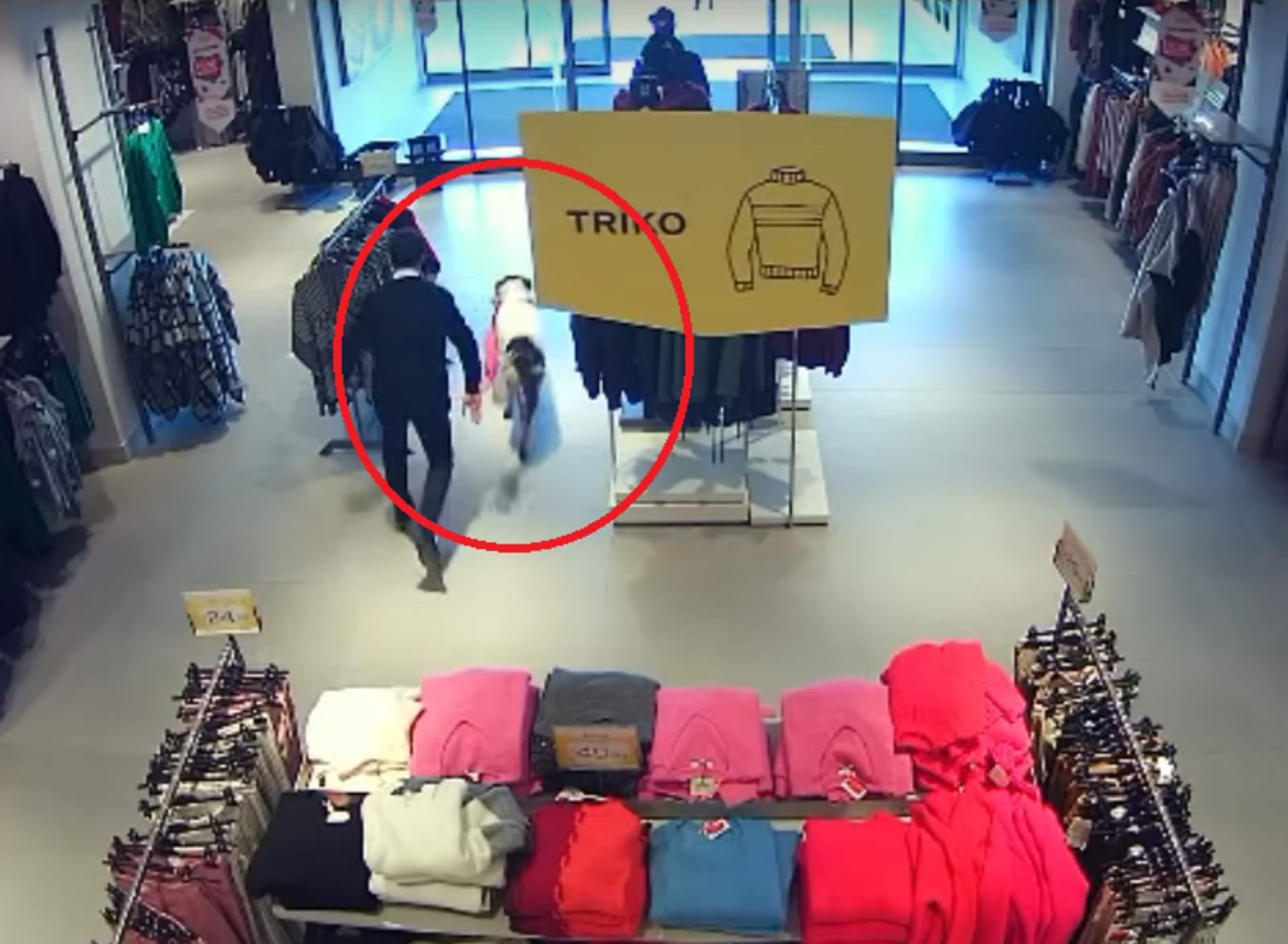 Perro callejero entra a un centro comercial a 'robar'. Noticias en tiempo real