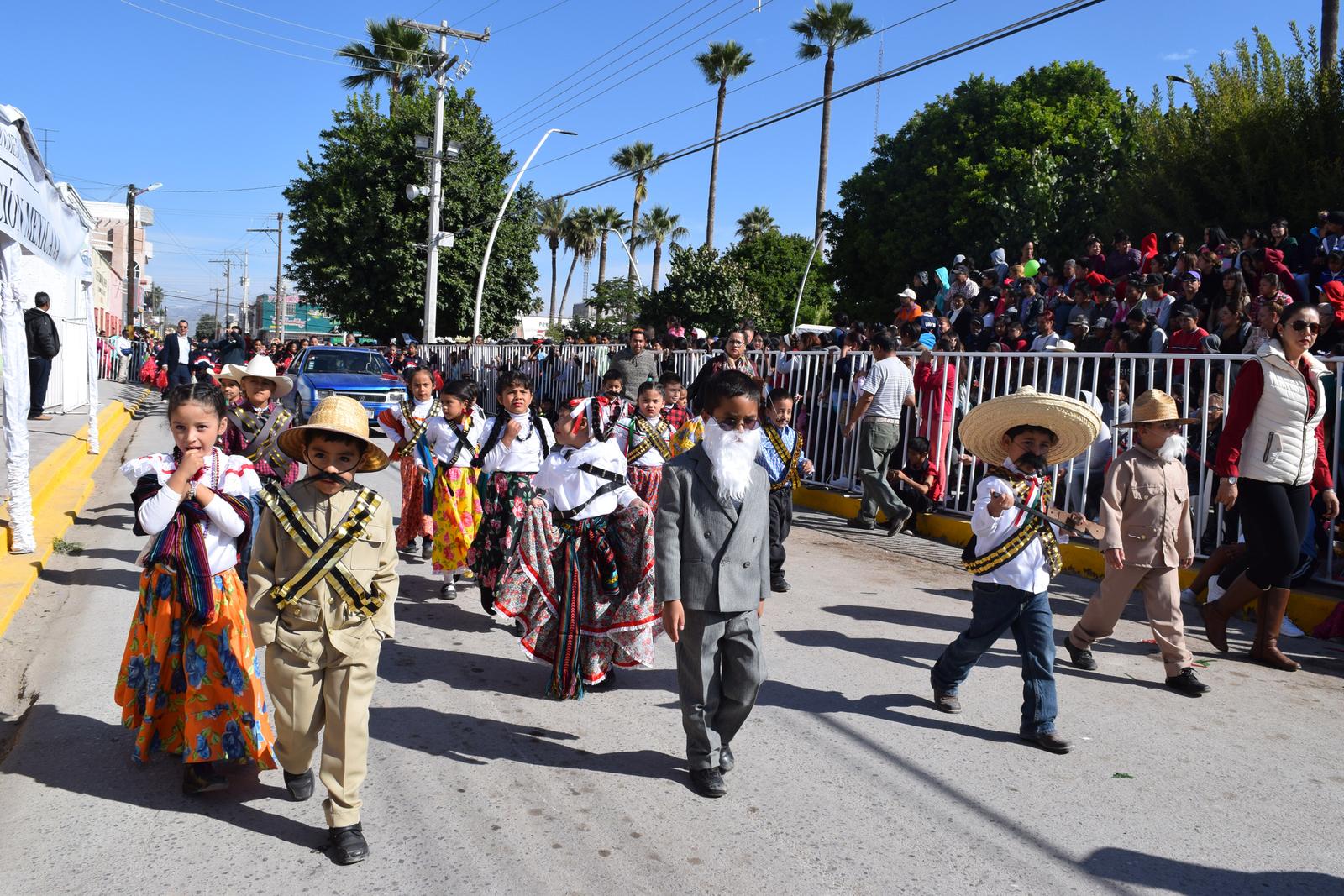 Participan miles en dos desfiles. Noticias en tiempo real