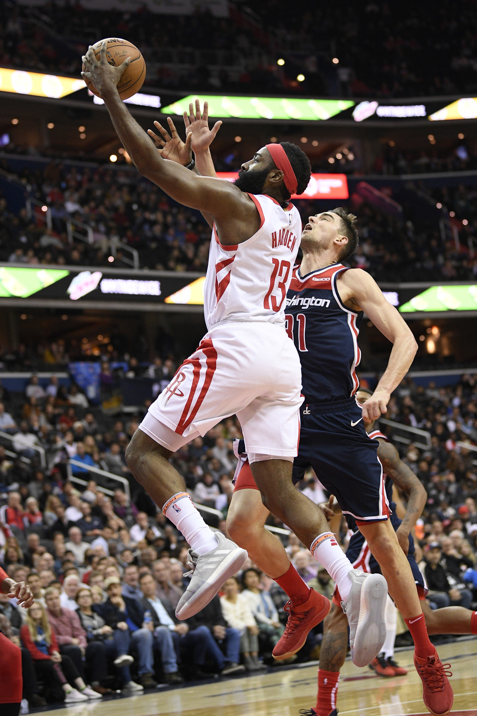 Harden anota 54, pero Houston cae ante Wizards