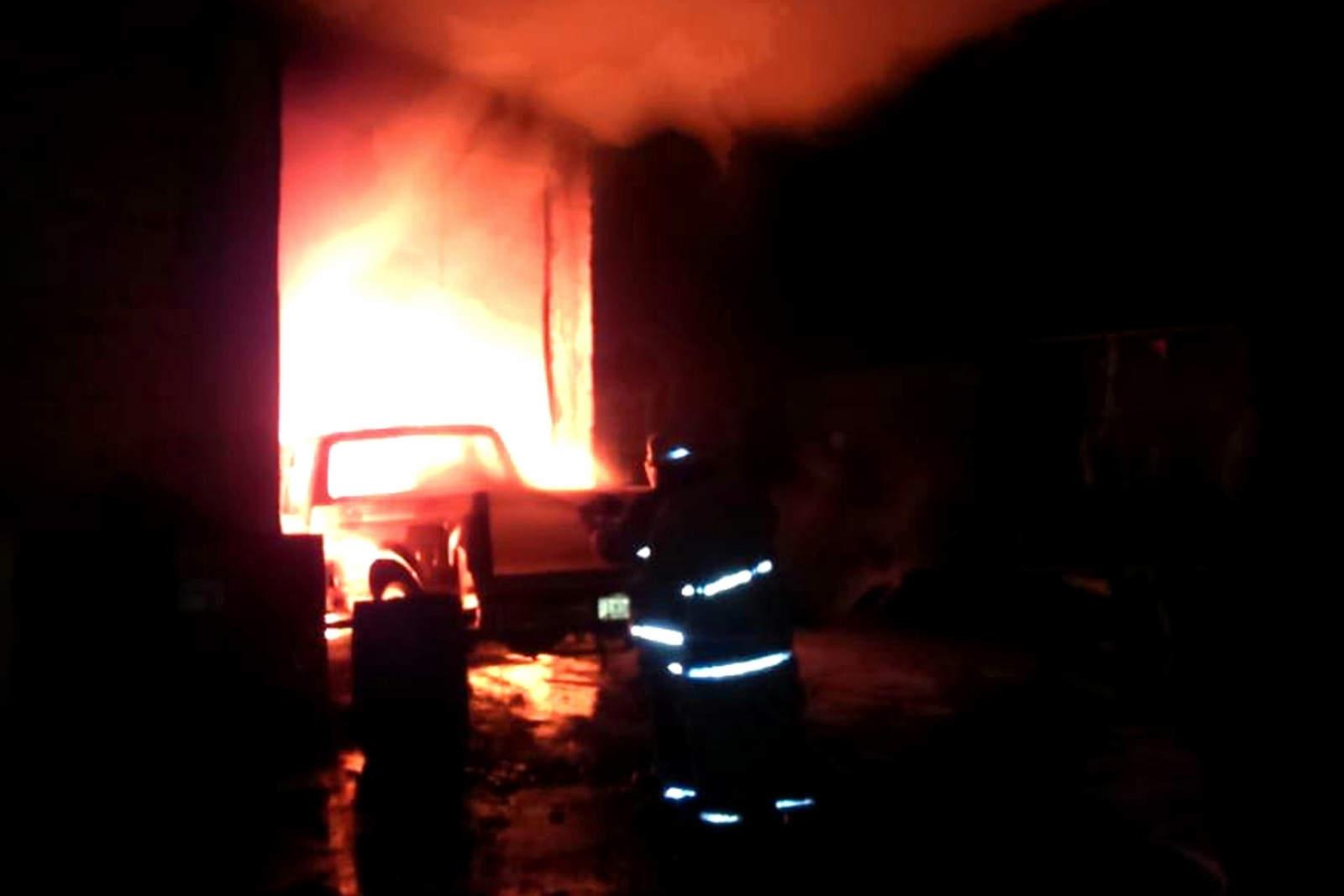 Fuego consume recicladora en Gómez Palacio; se extiende a taller