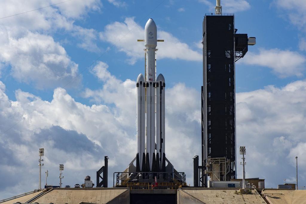 SpaceX lanza su cohete Falcon Heavy; pone en órbita satélite árabe. Noticias en tiempo real