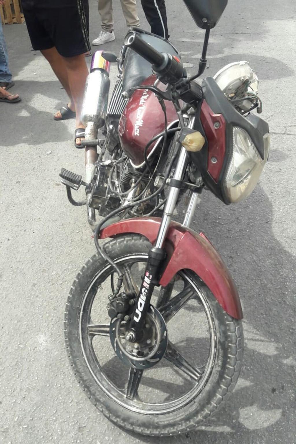 Motociclista embiste a mujer de 59 años