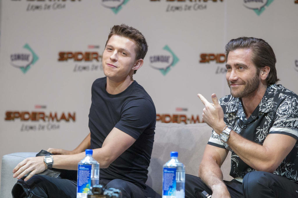 Contentos. Tom Holland, conocido por interpretar a Spider-Man, y el actor Jake Gyllenhaa. (AGENCIAS)