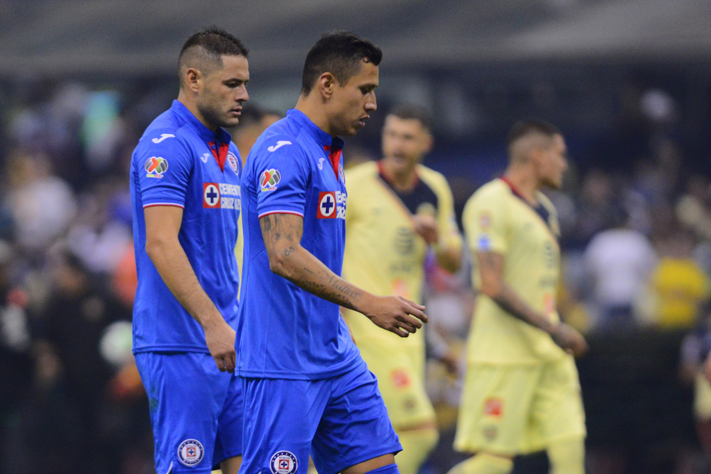 Los defensores de Cruz Azul, Pablo Aguilar (i) y Julio César Do