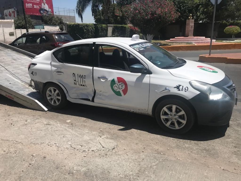 Embarazada, bebé y menor resultan lesionados en choque de taxi. Noticias en tiempo real